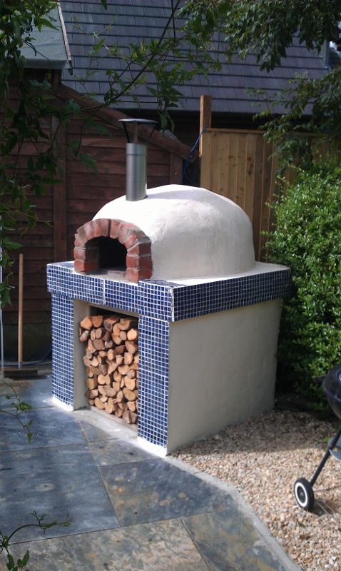 http://www.thestonebakeovencompany.co.uk/wp/wp-content/uploads/Mezzo-Oven-Build-1-stone-bake-wood-fired8.jpg