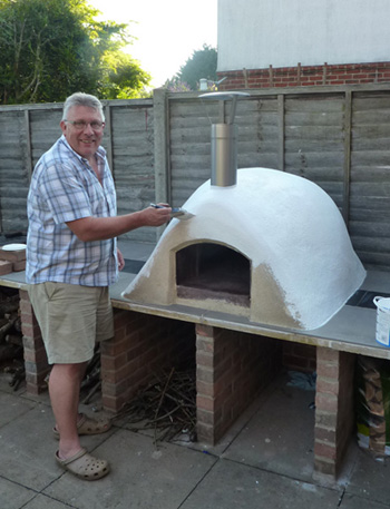 http://www.thestonebakeovencompany.co.uk/wp/wp-content/uploads/painting-wood-fired-mezzo-stone-bake-oven.jpg