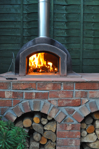 http://www.thestonebakeovencompany.co.uk/wp/wp-content/uploads/primo-wood-fired-lit-stone-bake-oven-pizza.jpg