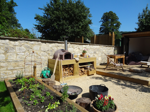 http://www.thestonebakeovencompany.co.uk/wp/wp-content/uploads/primo-wood-fired-stone-bake-pizza-oven-garden.jpg