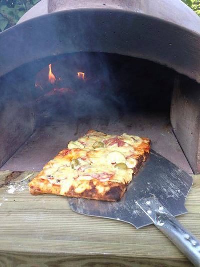 http://www.thestonebakeovencompany.co.uk/wp/wp-content/uploads/small-mezzo-pizza-wood-fired-stone-bake-oven-gullstrand2.jpg
